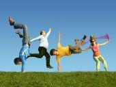 Muitas pessoas pulando na grama, colagem