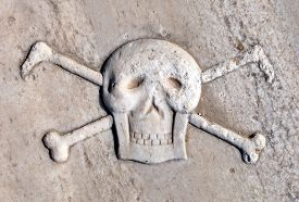 picture of skull crossbones flag  - Ancient Pirate Skull and Crossbones - JPG