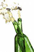 zwei explodierenden Bierflaschen