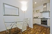 offene Küche mit Esstisch und Designerstühlen