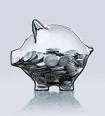 representación 3D de una alcancía en vidrio con monedas
