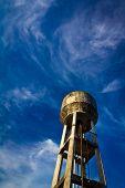 Torre del agua y cielo azul.