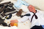 Alcoólicas bêbada dormindo em uma cama bagunçada