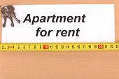 Ordner mit Informationen über Mietwohnungen mit hölzernen Hintergrund Nahaufnahme