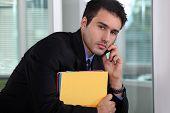 Empresário, falando em seu telefone móvel