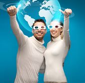 imagens da mulher e do homem em óculos 3d olhando modelo globo