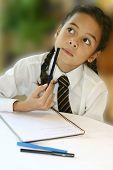 Ein junges Mädchen-Student reiflich, wie sie bei ihren Hausaufgaben versucht.
