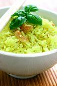 Un tazón de limón con sabor fragante arroz con anacardo sabroso y hierbas, adornadas con una ramita de albahaca