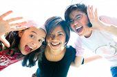 Família de três garotas diversão expressão tocando juntos