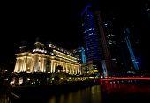 Noite tiro de hotéis e prédios altos ao longo do Rio Singapura iluminada