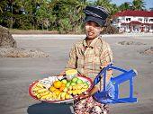NGWE GAUK, MYANMAR - 1 DE FEVEREIRO. Hawking é um meio de subsistência, popular aos pobres na Birmânia. Vendemos um Senhora