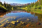 Magnífico lago en cercanías de la pequeña ciudad de obispo en California