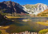 Pintoresco lago superficial en Pase Tioga en Parque de Yosemite en Estados Unidos. Mediodía de otoño