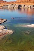 Antelope Canyon na Reserva Navajo. Dois barcos com flutuador de remos, perto do canal de água