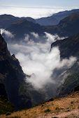Montanhas da ilha da Madeira, acima das nuvens no Pico do Areeiro e Ruivo
