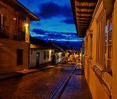 Calle colonial por la noche