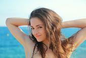 Mulher sorridente feliz olhando no fundo do mar azul. Closeup retrato