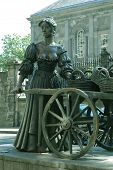 pic of molly  - statue of Molly Malone  - JPG
