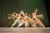 Grupo de niñas bailando en el escenario