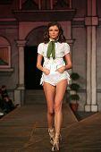 ZAGREB - NOVEMBER 08: Fashion model dragen van ontwerp van NU-NU COMP (Dusseldorf) op ' Fashion Week Zagre