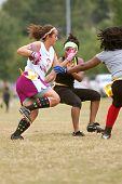 Vrouwelijke Flag Football-speler wordt uitgevoerd met bal
