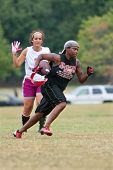 Vrouwelijke Flag Football speler Sprints voor einde Zone
