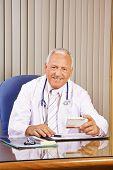 Lachende arts voorschrijven medicatie in zijn kantoor
