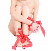 Weibliche Beine und Hände mit roten Schleifen auf Sie
