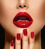Red Sexy lippen en nagels close-up. Open mond. Manicure en make-up. Make-up concept. Kus