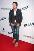 LOS ANGELES - 8 de AUG: Matthew Settle chega à