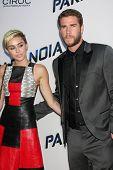 LOS ANGELES - 8 de AUG: Miley Cyrus, Liam Hemsworth chega a Los Angeles de