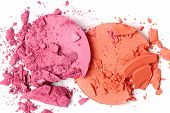 Blush machacado aislado en blanco