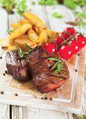 Köstliches Rindfleisch-Steaks auf Holz