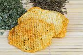 Baked potato crisps with Mediterranean herbs