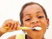 Joven cepillado de dientes