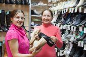 zwei Frauen entscheidet sich für Schuhe