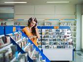 Mädchen Musik hören In Cd-Shop