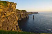 Pôr do sol sobre as famosas falésias de Moher Condado de Clare, Irlanda