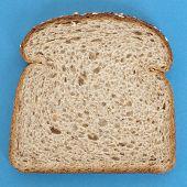 Fatia de pão integral em azul vibrante
