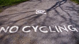 pic of kensington  - No cycling sign on road - JPG