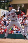 JUPITER, FLORIDA - 25 de marzo: el lanzador de los Mets de Nueva York John Maine lanza apagado el montículo durante una primavera