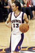PHOENIX, AZ - 5 de noviembre: Phoenix Suns point guard Steve Nash (13) dribla el balón contra el Mem