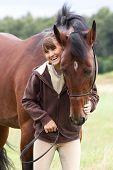 untrennbar junge Mädchen und Bucht Pferd im Feld