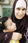 Madre árabe musulmana con su hija, el amor y el cuidado