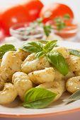 Gnocchi di patata, fideos de patata italiano con salsa de pesto y hierbas