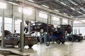 Moskau - JAN 11: Halle des Bahnhofs für Instandhaltungsfahrzeuge mit Autos vorbereitet für die Prüfung und r
