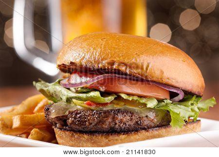 Постер, плакат: Изысканные чизбургер с кружкой пива в фоновом режиме