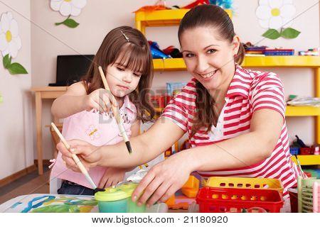 Постер, плакат: Маленькая девочка живопись с матерью в дошкольника , холст на подрамнике
