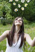 Menina joga flores no ar