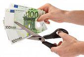 Tesouras e euro.